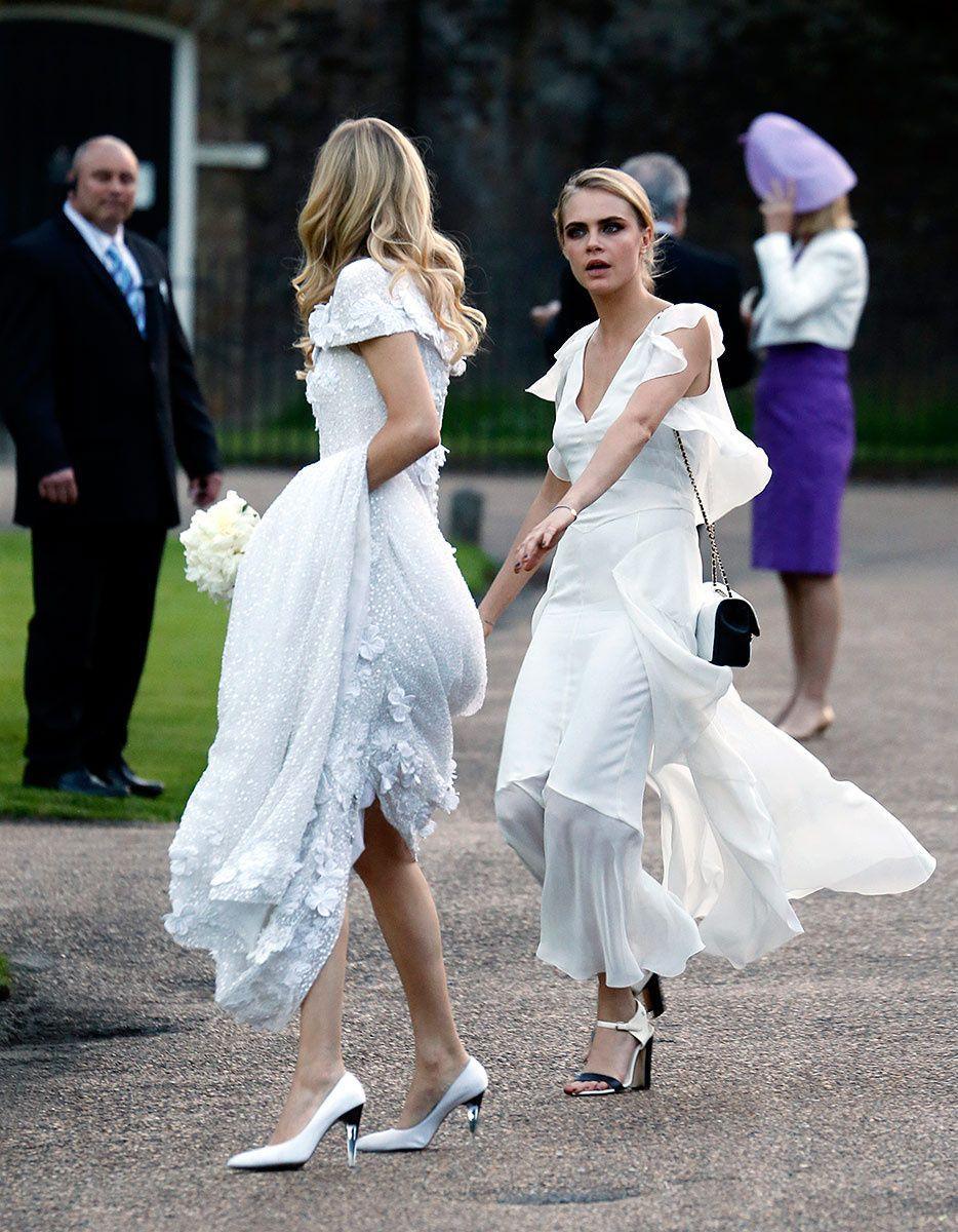 Cara Delevingne aen robe blanche au mariage de Poppy Delevingne
