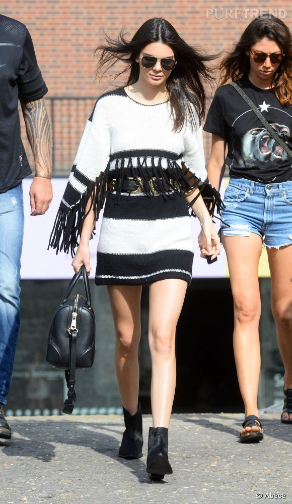 Kendall Jenner canon en robe poncho
