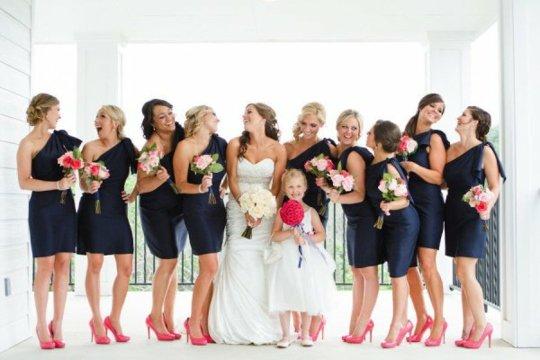 robes demoiselles d'honneur bleues marine courtes et escarpins roses