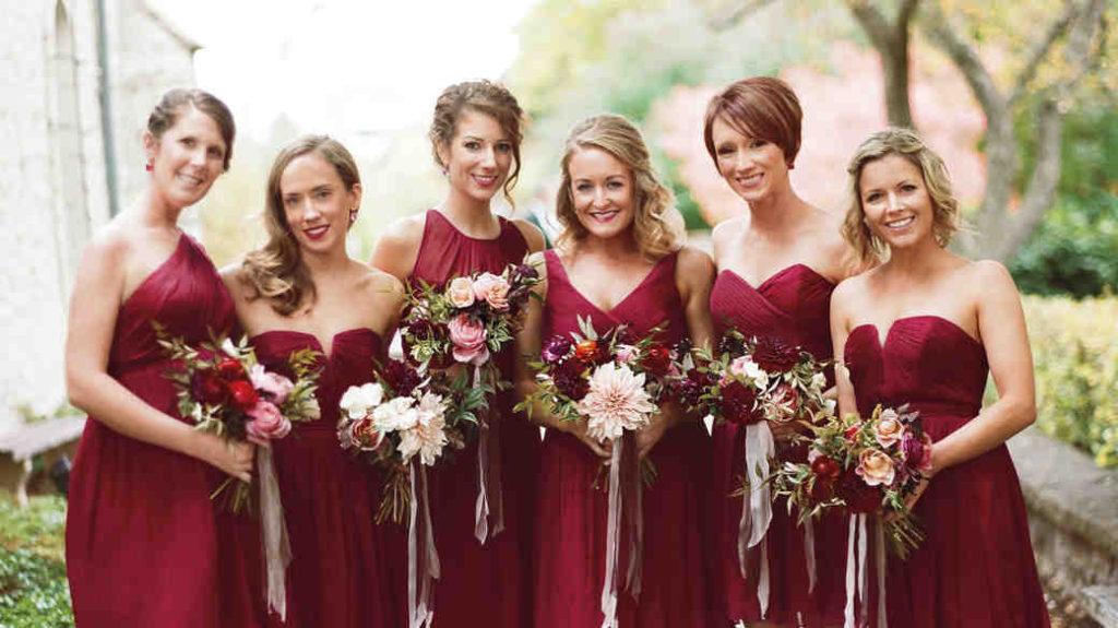 robes demoiselles d'honneurs bordeaux en différentes encolures