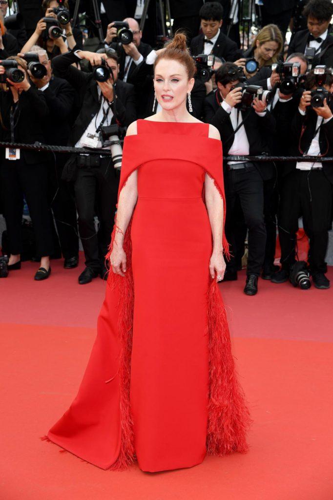 Julianne Moore en une robe de soirée rouge longue avec cape orné de plumes