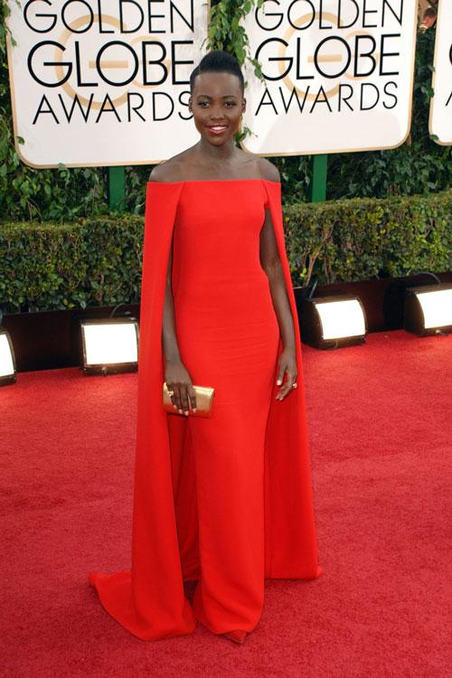 Lupita-Nyong'o en une robe rouge de soirée longue col bardot