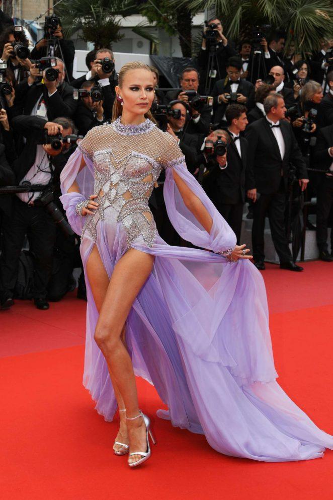 Natasha Poly en une robe de soirée sexy violette fendue