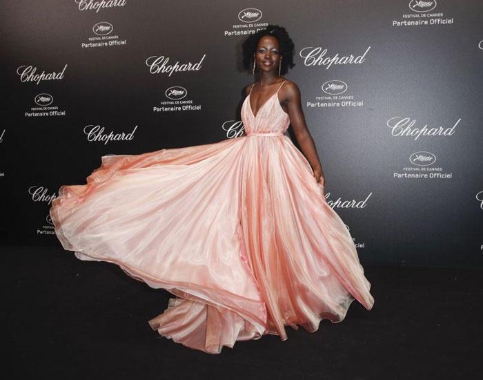 Lupita-Nyong'o en une robe de soirée rose longue col en V plissé