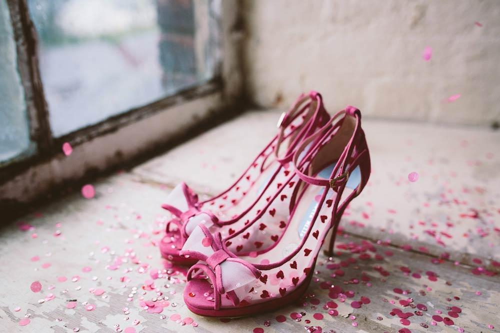 chaussures roses à bout ouvert pour mariée