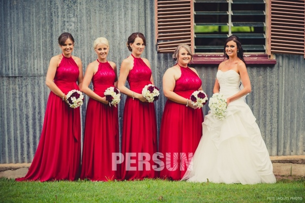 robes de demoiselle d'honneur rouges longues à haut en dentelle et coupe Updo