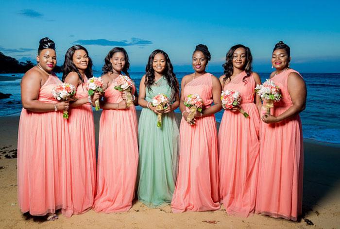 robes demoiselles d'honneur corail et verte longues asymétrique