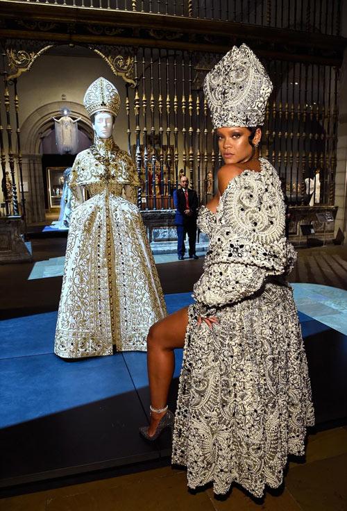 Rihanna en une robe courte orné de bijoux au met gala 2018