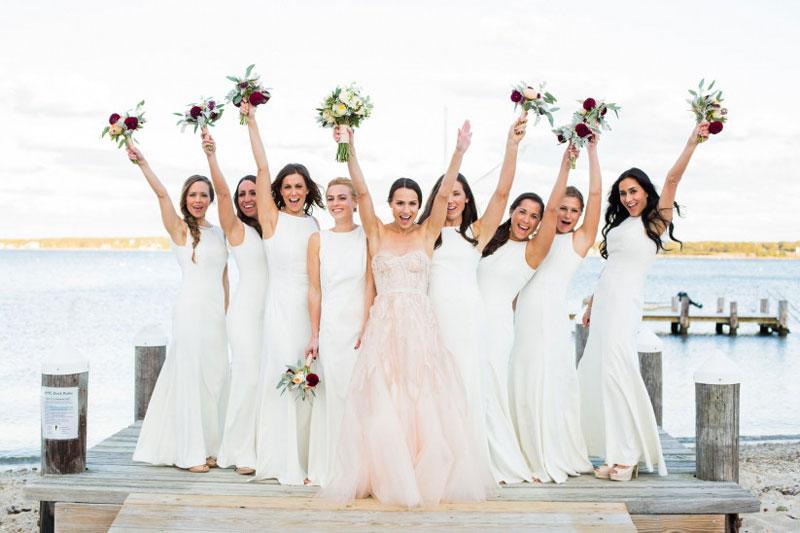 robe de mariée rose princesse et robe demoiselle d'honneur blanche simple