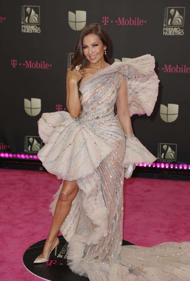 Thalia en une robe de soirée rose volanté princesse