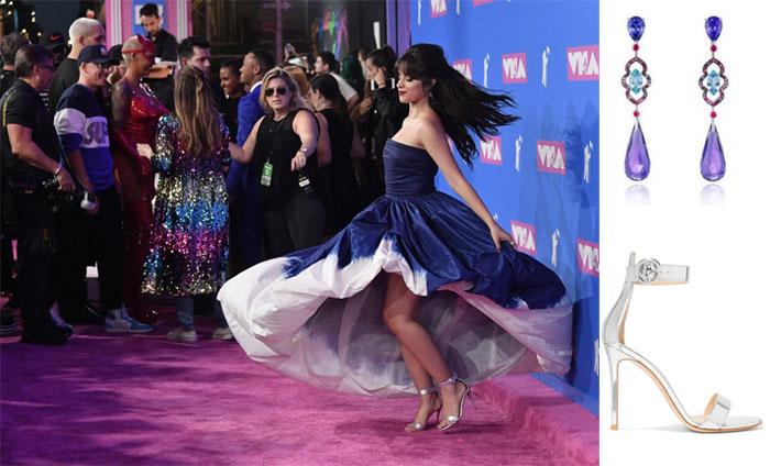 robe princesse bleu marine, boucles d'oreille et sandale de Camila Cabello