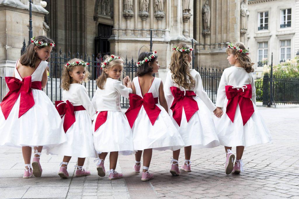 robe cérémonie fille blanche avec grand noeud rouge dans le dos