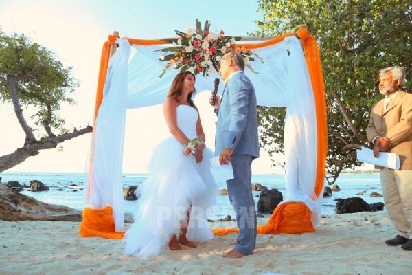 robe de mariée plage courte devant longue derrière jupe à volants