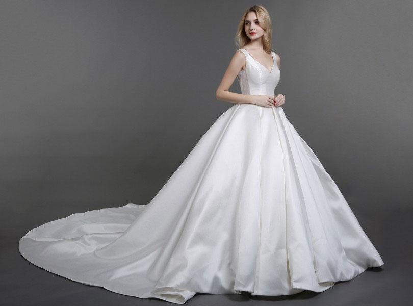 robe de mariée simple col en V avec traîne
