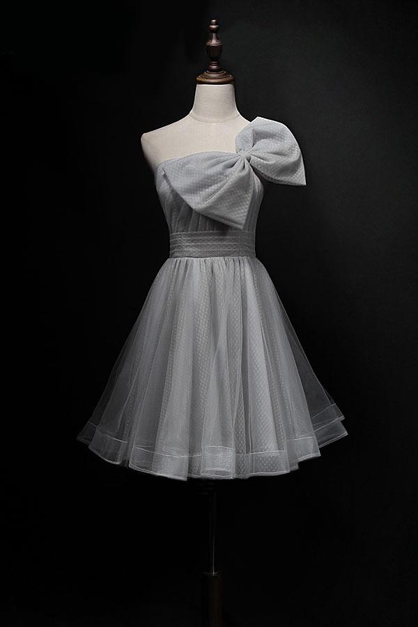 robe grise courte pour mariage à un gros noeud papillon