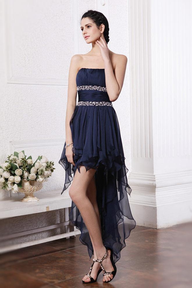 Robe de soirée bleue marine : un look distingué d'invité de mariage