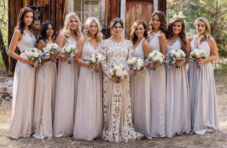heureuse mariée et ses robe demoiselle d'honneur
