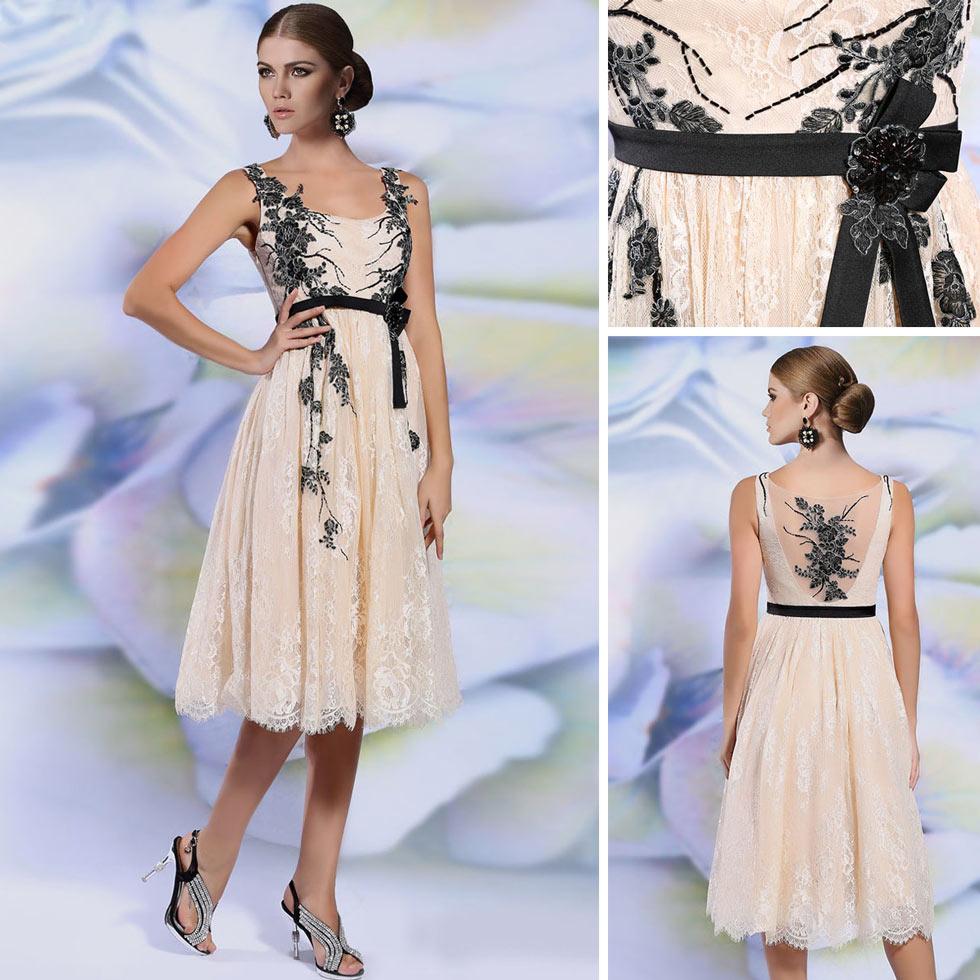 robe mère de mariée mi-longue champagne avec touche noire en dentelle florale