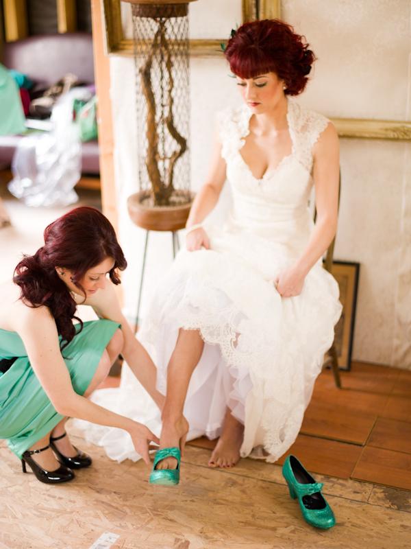 mariée essaie la chaussure de mariage