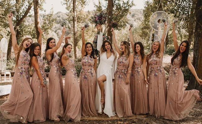 robe demoiselle d'honneur e couleur nue et fleurs brodées longue