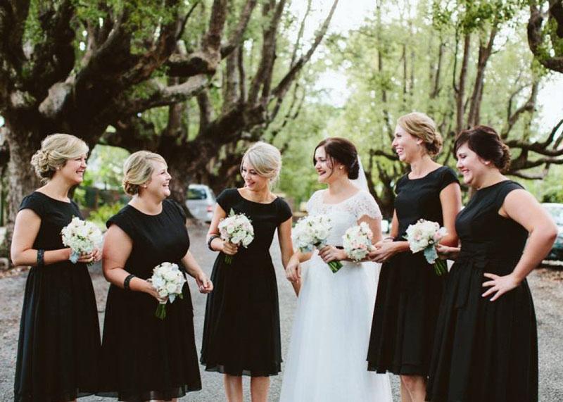 robe demoiselle d'honneur courte noire simple avec mancherons