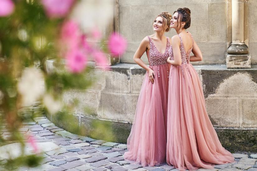 robe demoiselle d'honneur longue rose col v à haut orné de paillettes